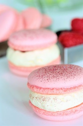 raspberry macarons with white chocolate cream