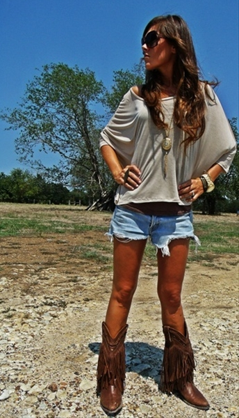 It's springtime (hallelujah!) and summer break will be coming around soon enough! With that said, more and more concerts will be coming to town, so here's a few ideas of cute outfit ideas for every Collegiette whether it's a country, rock, or rap concert!