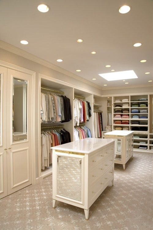 Every woman dreams of a large closet, with a perfect layout and great clothes.