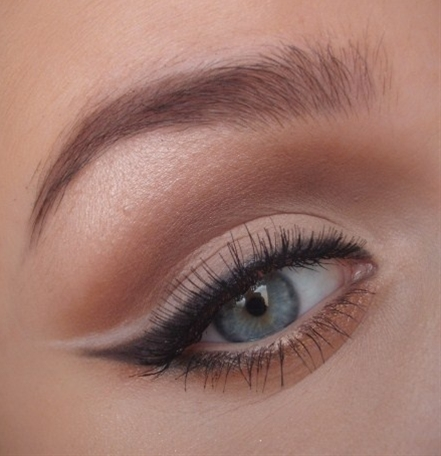 natural makeup with cat eye