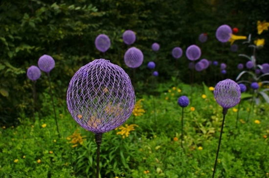 a cool idea  Love this.. chicken wire and spray paint makes what look like cool everlasting alliums in the yard!