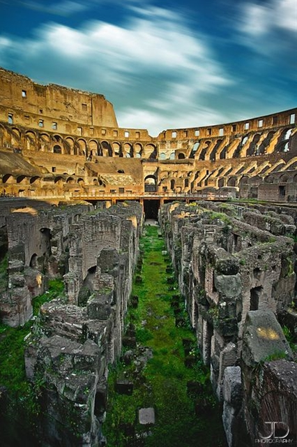 The ruins at the Colleseum Colisée - Rome, Italy. by Julien Delaval on flickr