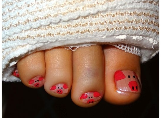 my lovely niece had foot surgery and was feeling blue about her toes and bandages...so i painted them like PIGGIES!!! so cute :)