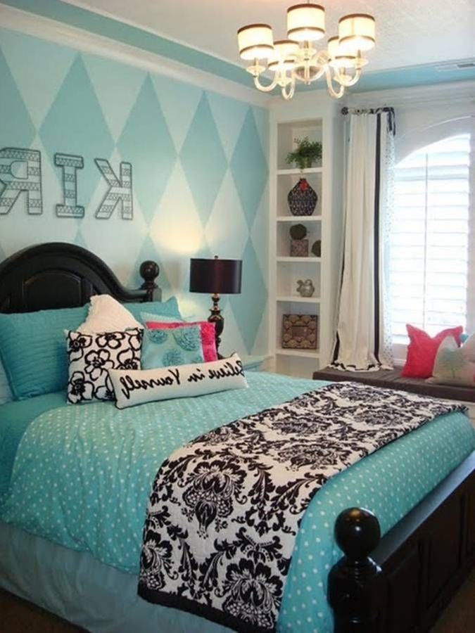 Choose multi-colored floral linens such as pillows, sheets and bedspreads. Opt for teal green accessories such as wallpaper border, lamps, painted shelving and rugs.