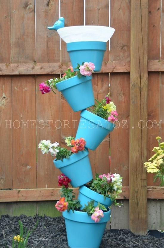 Cascata di vasi con abbeveratoio per uccellini