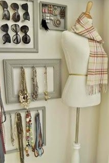 How cute are those frames with the jewelry hanging in them…