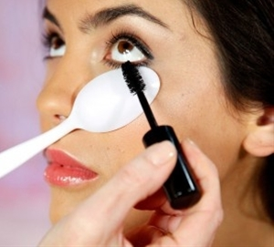 GENIUS! Use a plastic spoon so you don't get mascara on your skin!   ...this website has TONS of great MAKEUP TIPS!