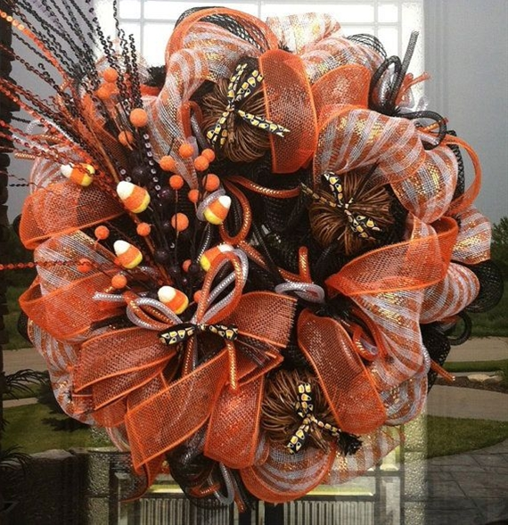 Autumn wreaths often try to take the most beautiful elements of the fall season and to mix them in one tasteful statement.
