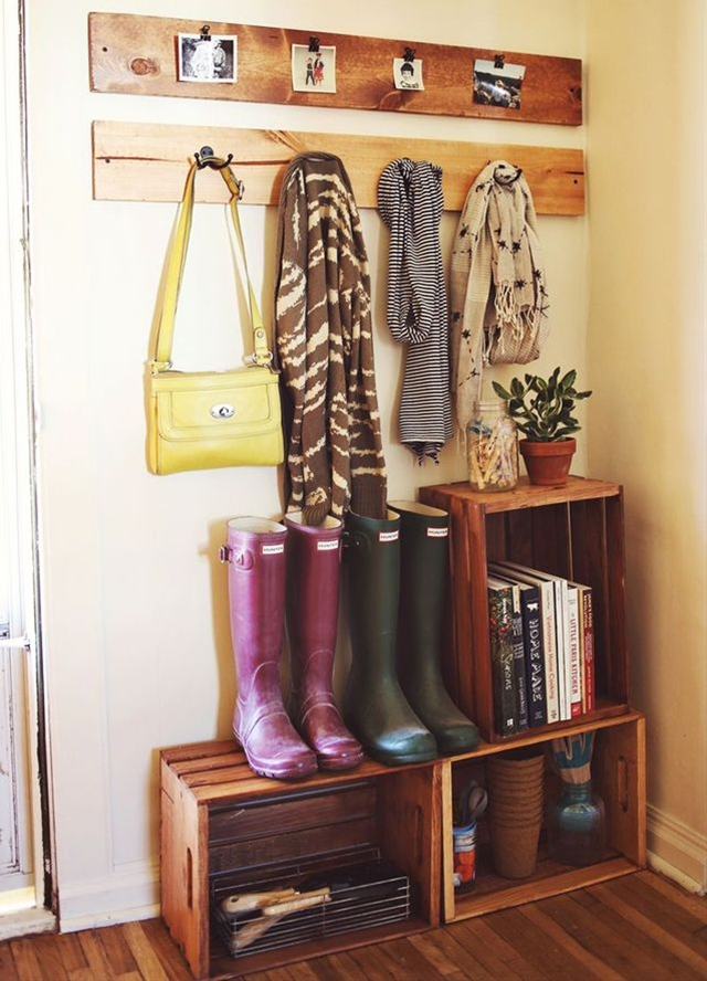 Make your enter way shelfs with wooden crates. Easy and cheap!